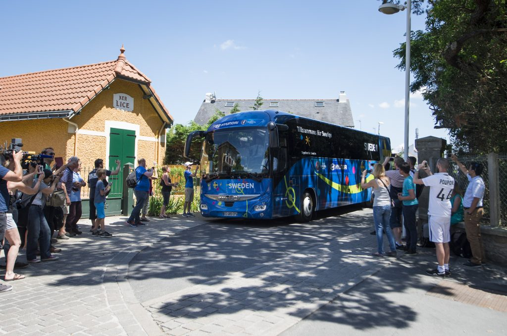Sweden's national team players arrive by bus at the Chateau des Tourelles hotel in Pornichet, western France, on June 8, 2016, two days ahead of the Euro 2016 football tournament. / AFP PHOTO / JONATHAN NACKSTRAND